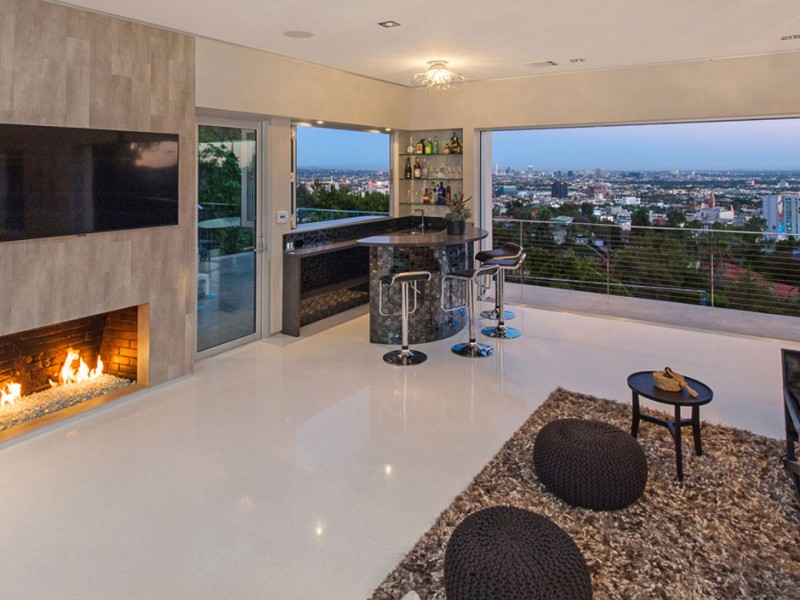 Hollywood Home for Sale, Bar