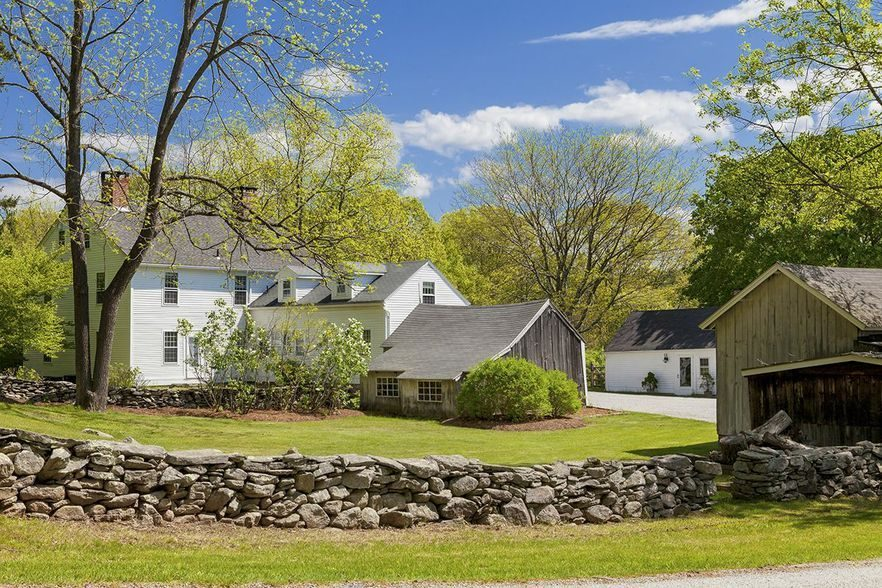 renee-zellweger-lists-connecticut-farmhouse11