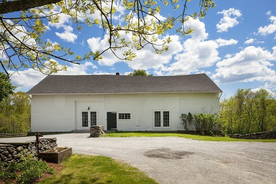renee-zellweger-lists-connecticut-farmhouse9