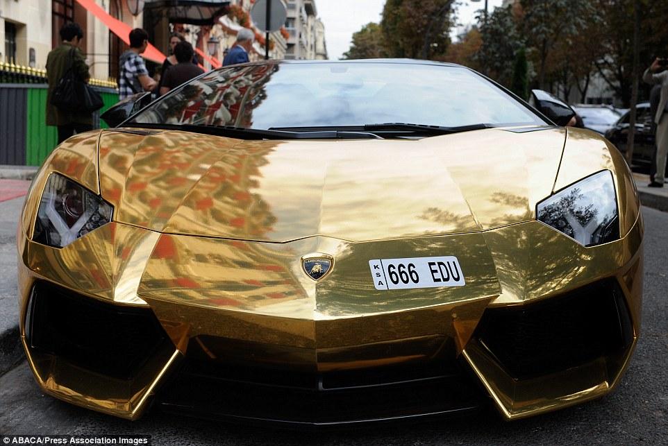 золотой ламборджини париже