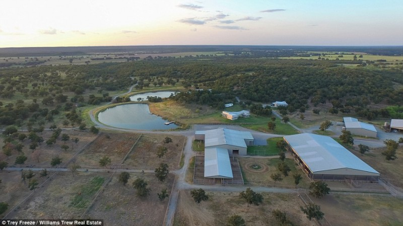 billionaire-alice-walton-lists-texas-ranch-for-20m21