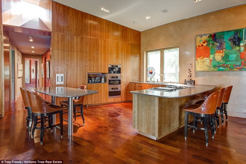 billionaire-alice-walton-lists-texas-ranch-for-20m5
