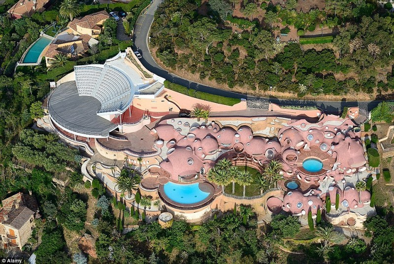 pierre-cardin-lists-outlandish-bubble-palace-in-the-south-of-france-for-450m1