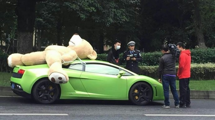 Romantic Driver Fined for Strapping a Giant Teddy Bear to His Lamborghini