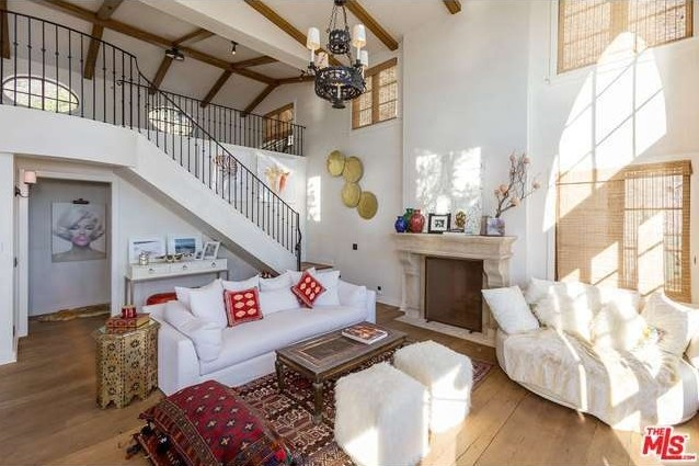 rent-daisy-fuentes-seaside-mansion-for-25kmonth3
