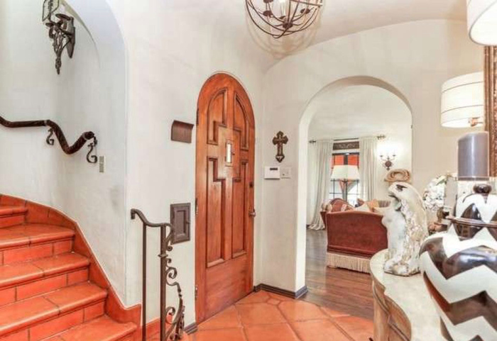 beauty-queen-cum-actress-ali-landry-lists-l-a-home-for-2-4m3